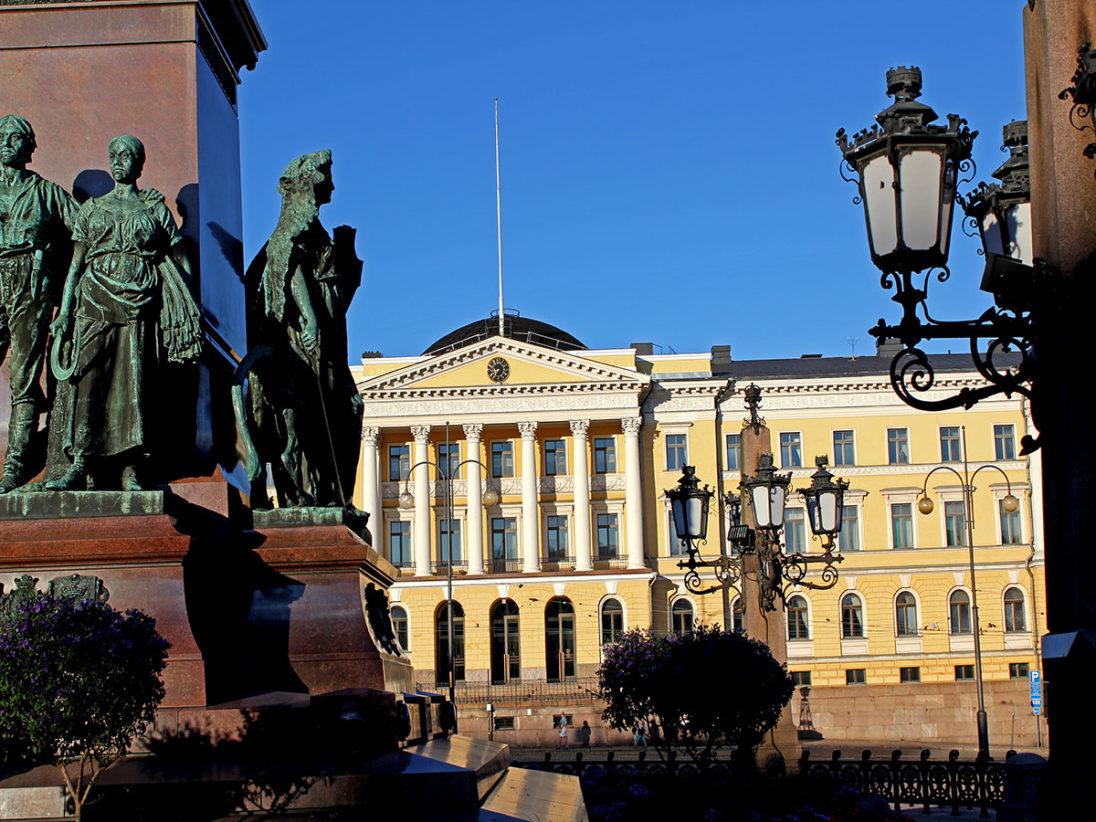 Blick vom Senatsplatz aus auf das Gebäuder der Universität Helsinki