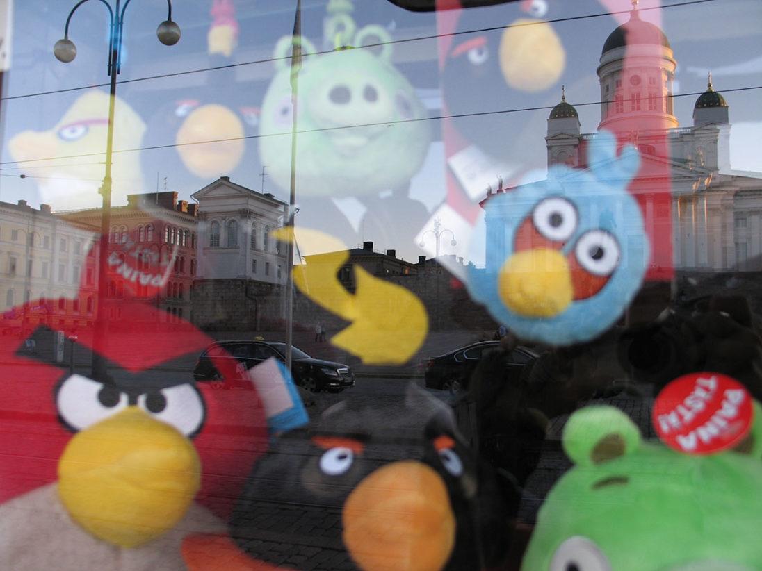 Angry Birds, im Hintergrund der weiße Dom von Helsinki