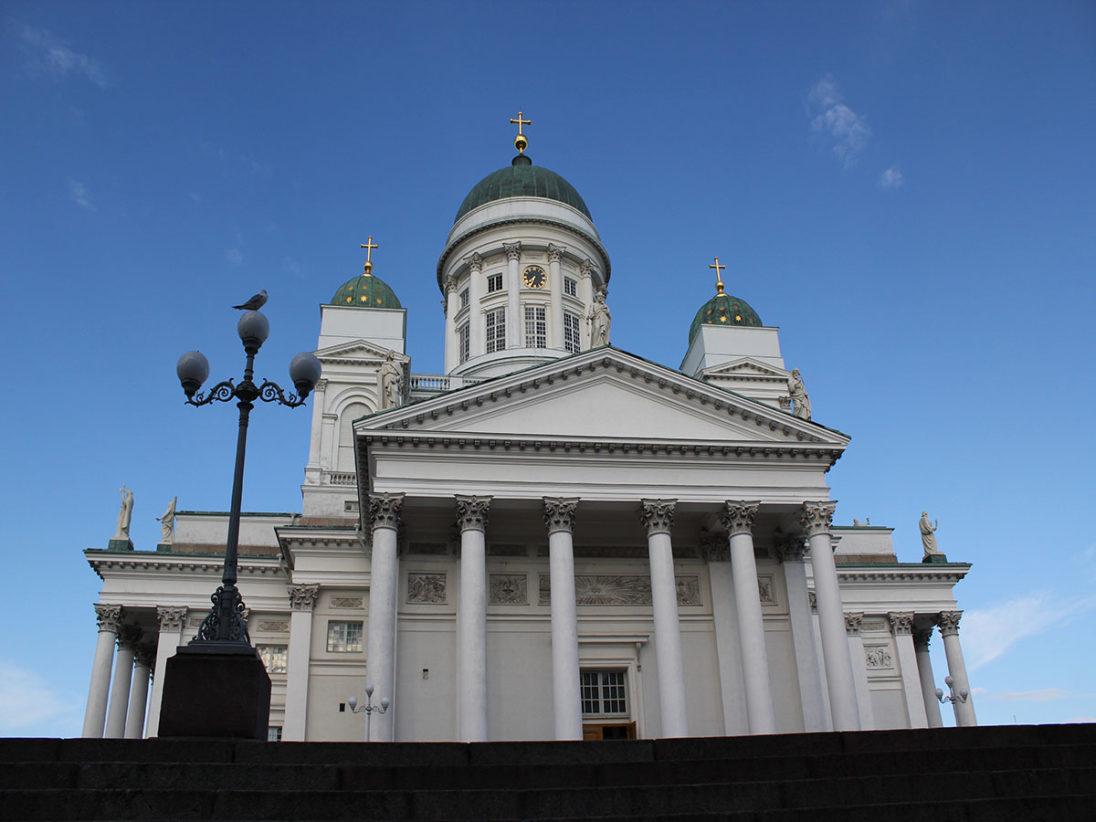 Der weiße Dom von Helsinki mit seinen drei Kuppeln ist das Wahrzeichen von Helsinki