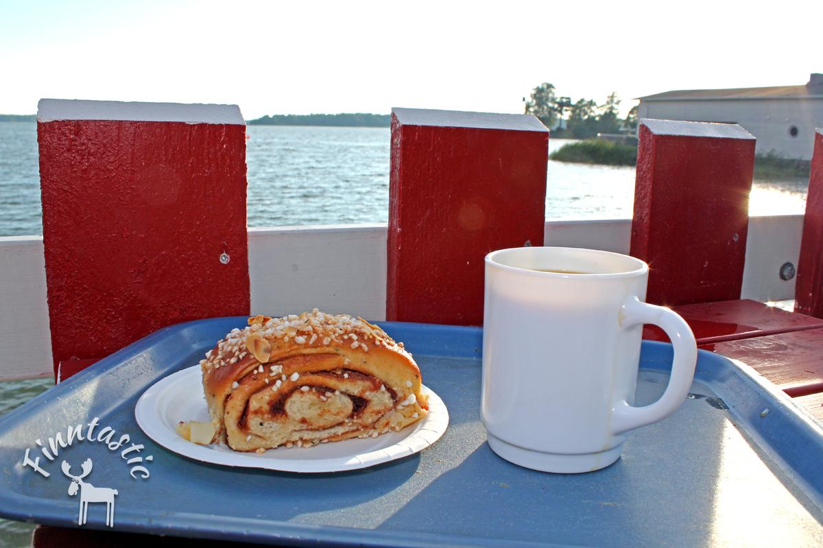 Zimtschnecken schmecken besonders gut zu einer Tasse finnischem Kaffee
