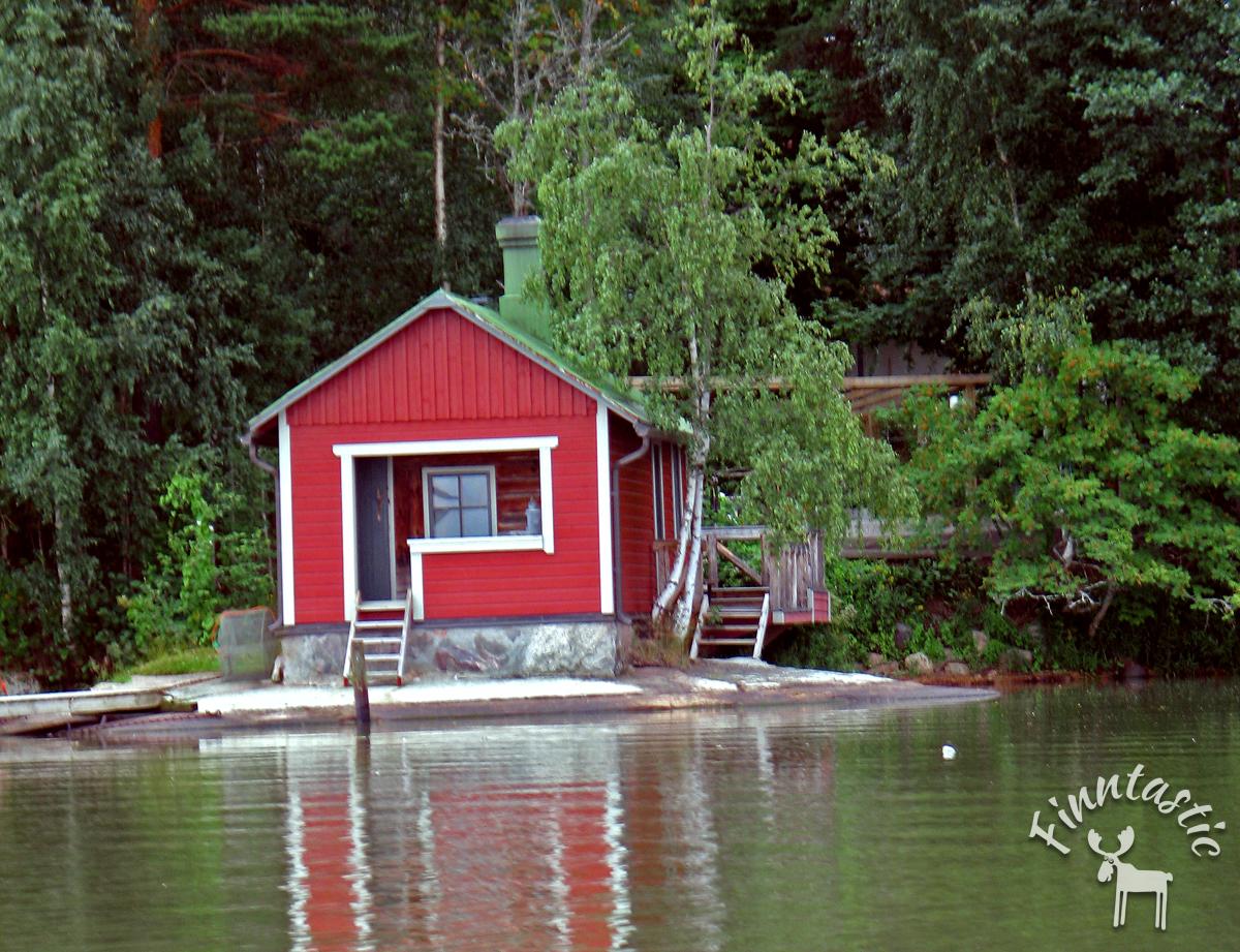 (FOTO: Finntastic) Ein zumeist rot gestrichenes Saunahäuschen findet man fast an jedem See in Finnland.