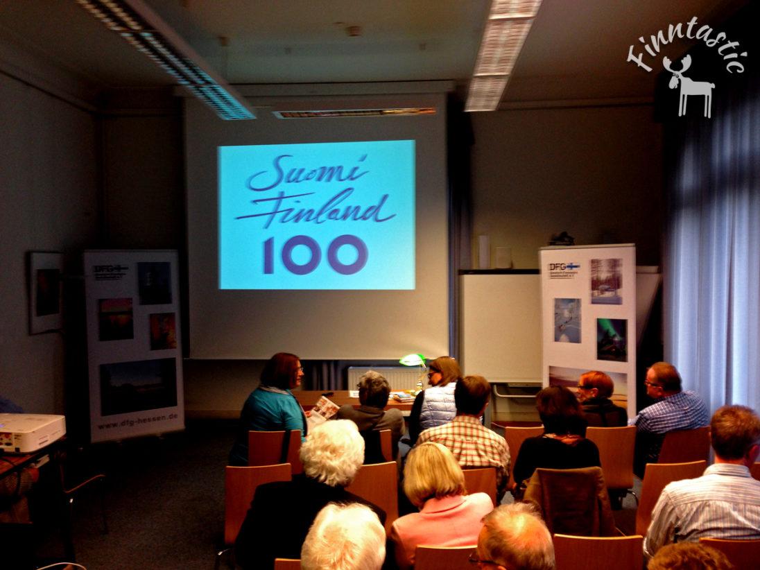 (FOTO: Finntastic) Das Publikum wartet gespannt auf den zweiten Teil des Vortrages zur finnischen Geschichte.