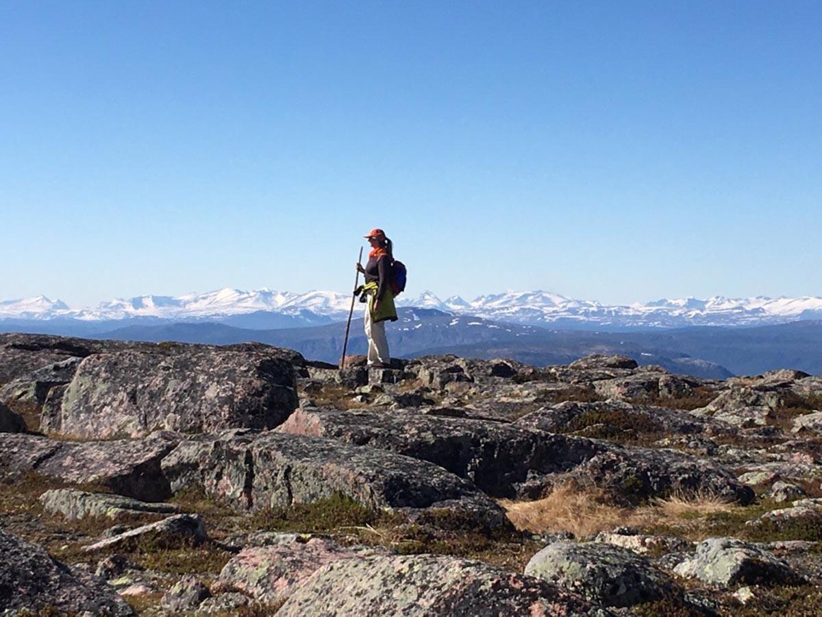 Hiltrud Baier beim Wandern in den Bergen von Staloluokta in Schwedisch-Lappland