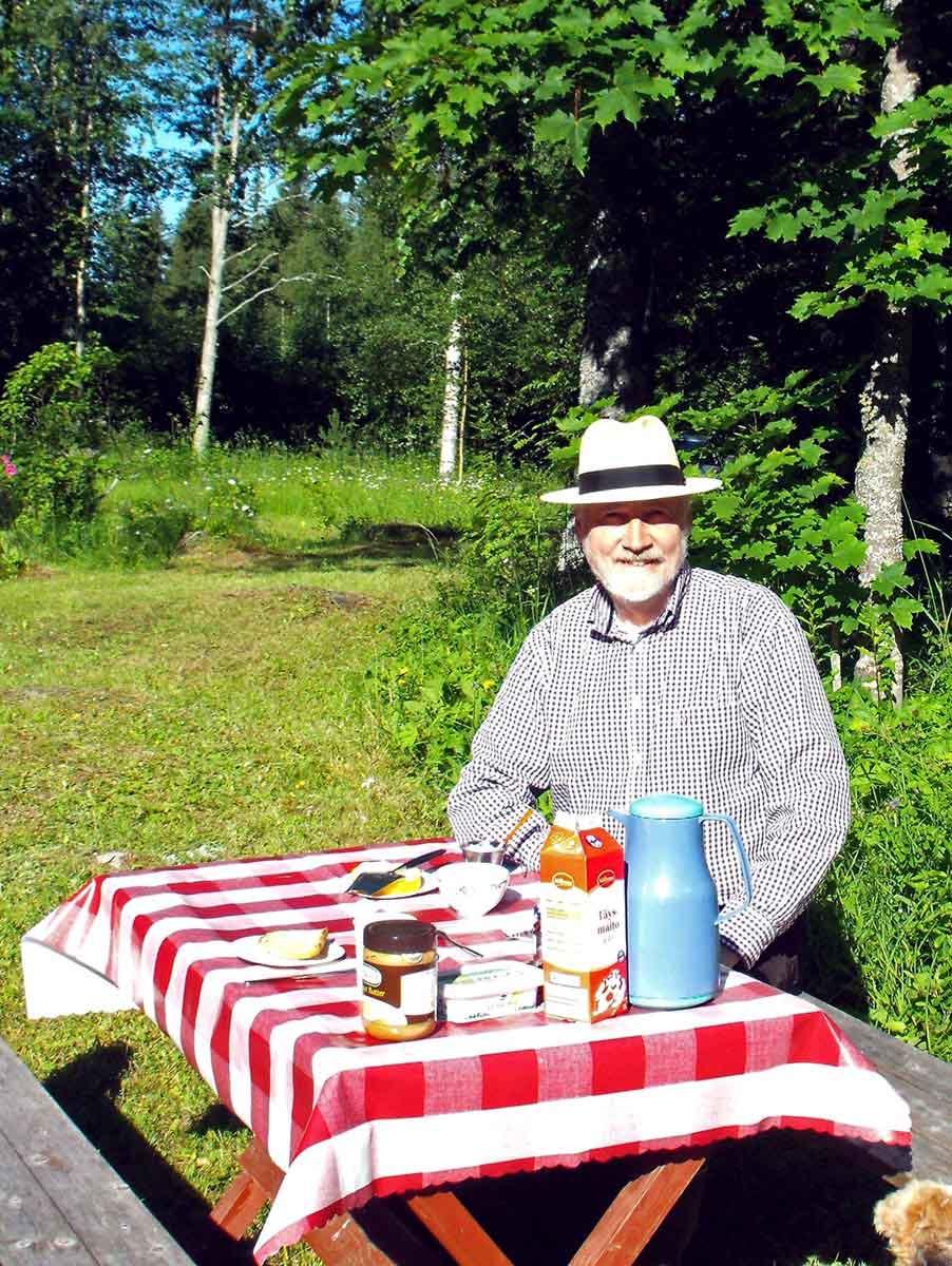 Eberhard Apffelstaedt beim Frühstück vor dem Mökki