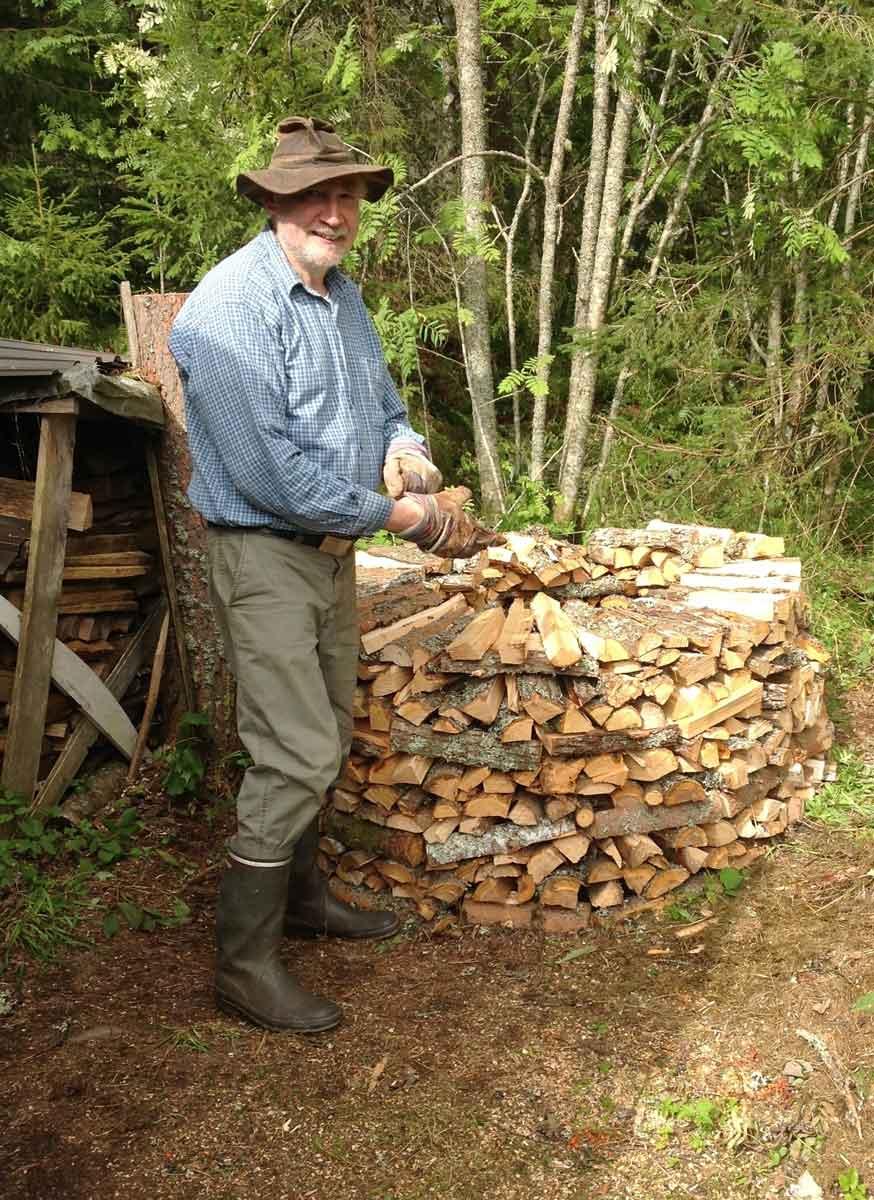 Eberhard Apffelstaedt beim Holzhacken für den Saunaofen