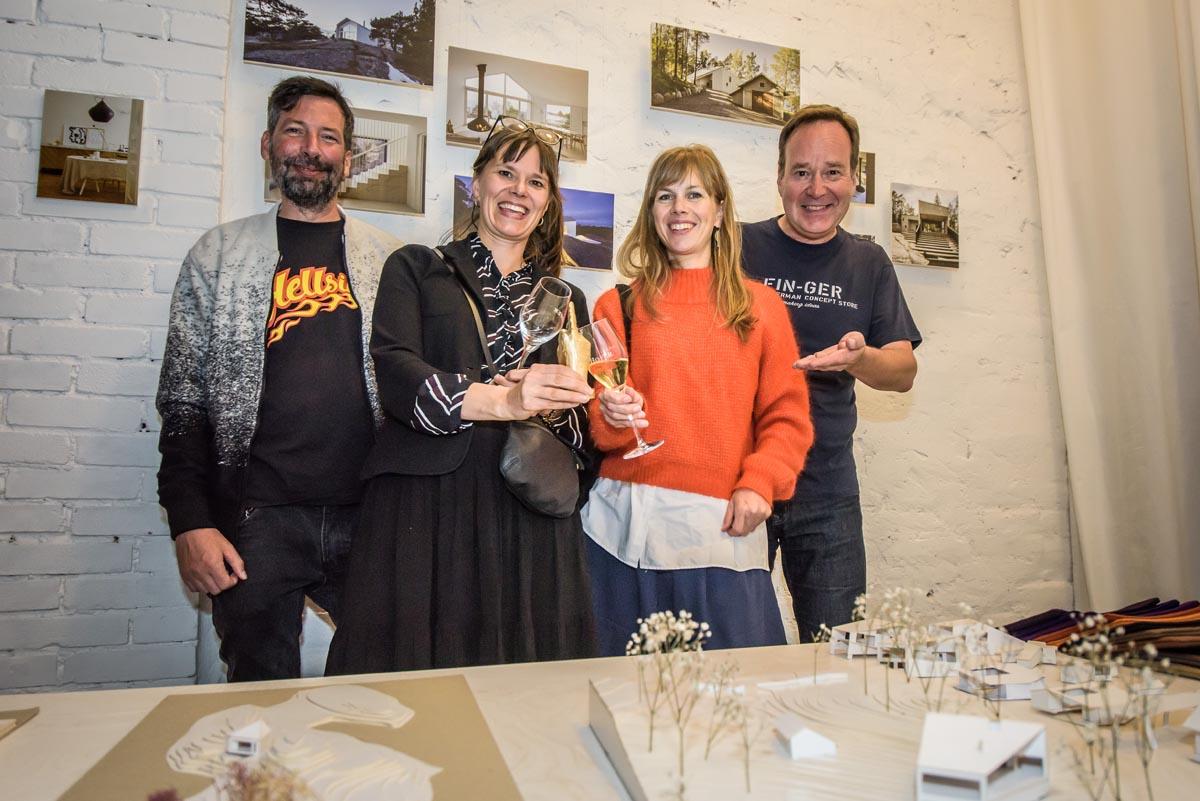 (FOTO: Finntastic) Matthias und Juhani stoßen mit Julia Hertell und Jenni Hölttä von Mer Arkkitehdit auf ihre Auszeichnung an.