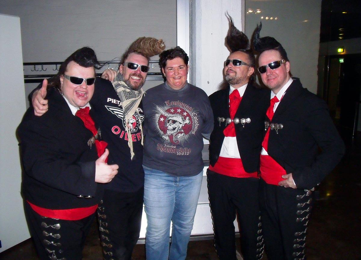 (FOTO: Eva Barth) Eva traf die schrägen Lenningrad Cowboys bei einem Konzert in Finnland.