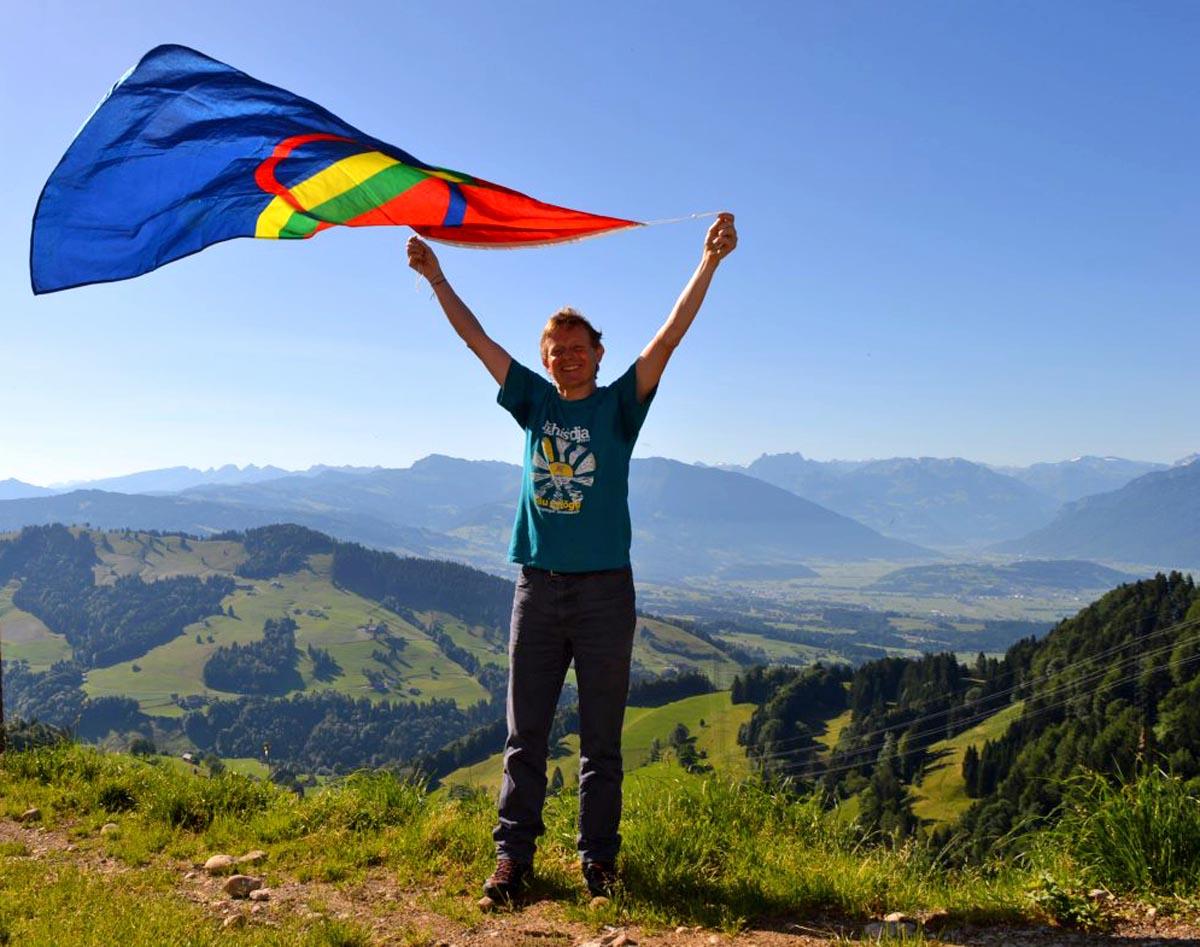 Hans-Peter Lerjen mit samischer Flagge