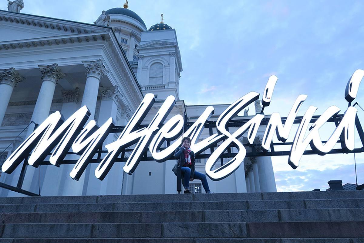 Kristina Lagom vor dem weißen Dom in Helsinki