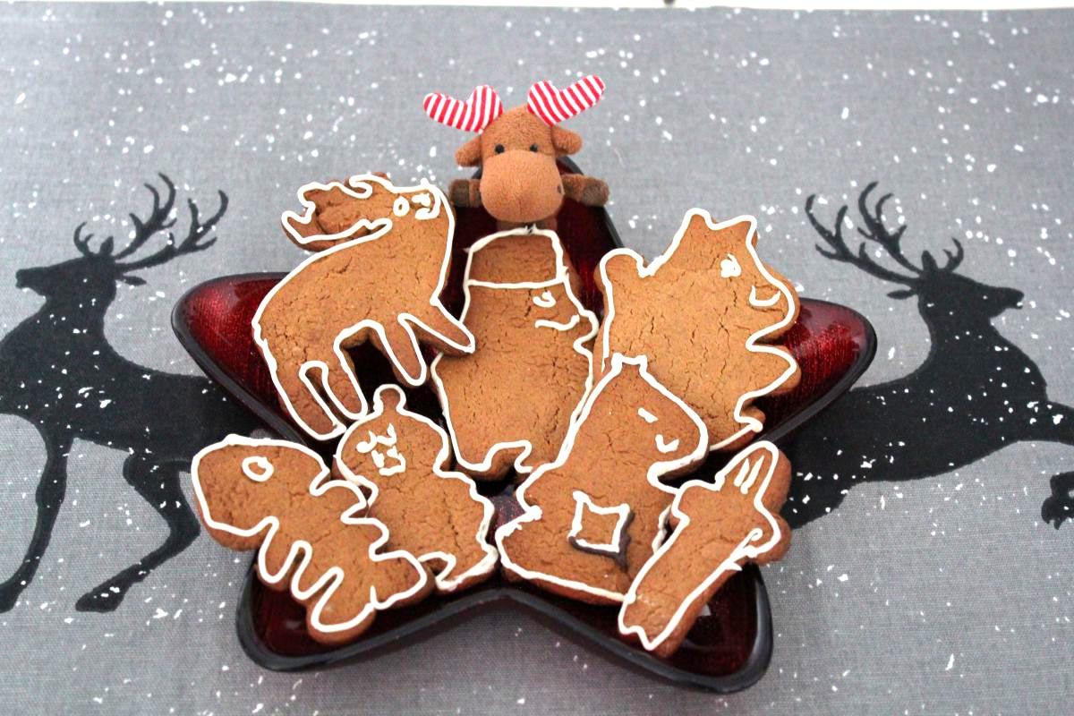 Janne Oskari mit fertigen Moomin-Pfefferkuchen