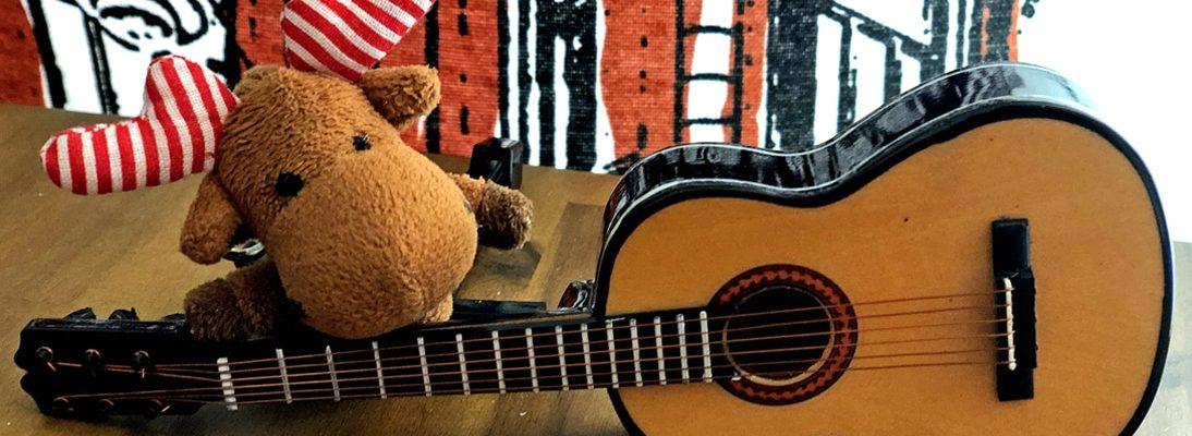 Janne-Oskari mit Gitarre