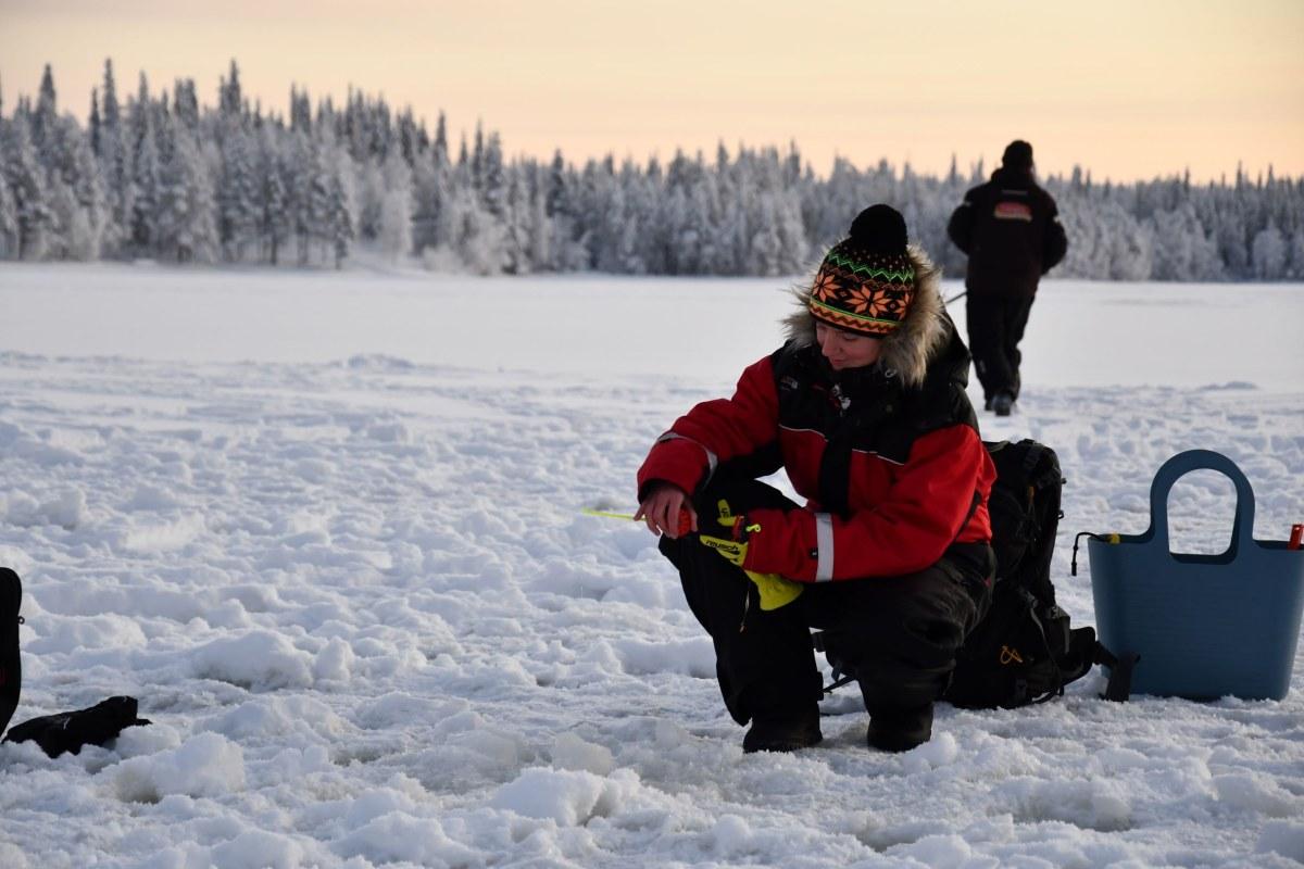 Juliane beim Eisangeln