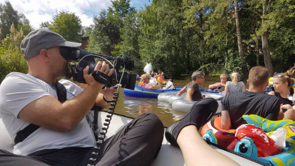 (FOTO: Carolin Hillner) Auch das Filmteam der LÖWE TV Film- und Fernsehproduktion hatte beim Videodreh zum Bierflößing-Event in Finnland sichtlich Spaß.