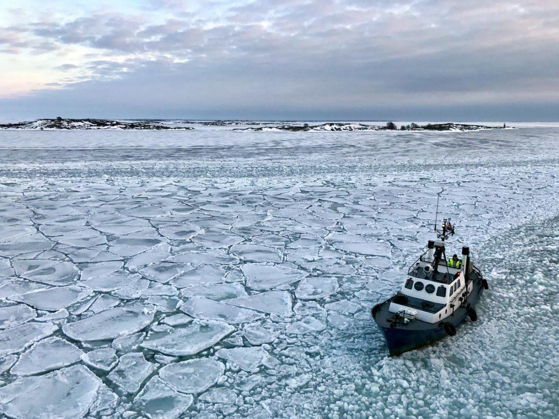 kleiner Eisbrecher vor der Küste Åland