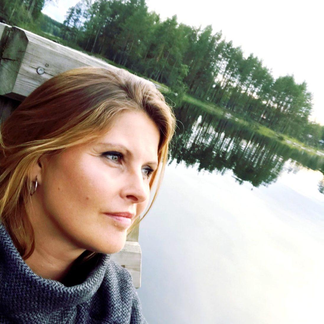 Kristin Recke, im Hintergrund die finnische Seenlandschaft