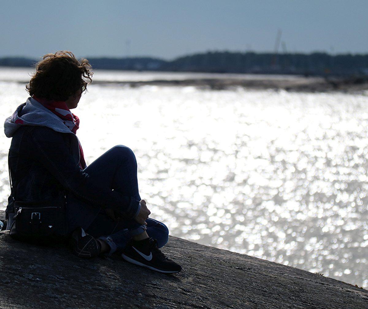 Kristina Lagom blickt auf die Ostsee bei Helsinki