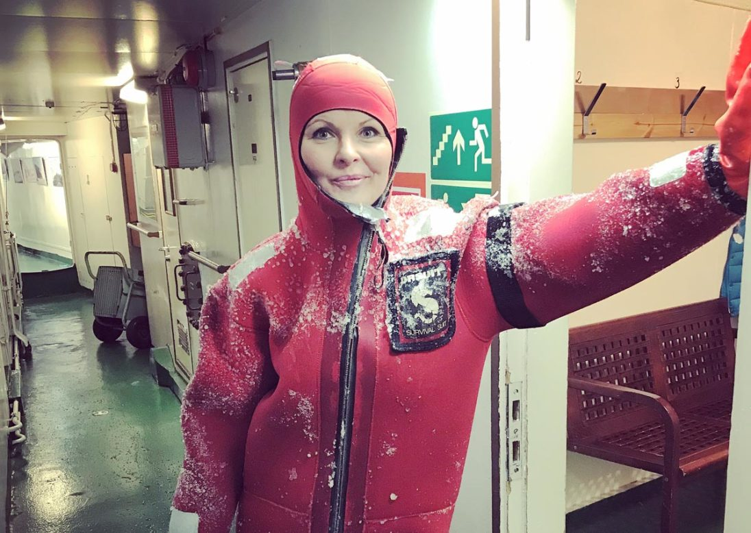 NDR-Ostseereportmoderatorin Kristin Recke im Taucheranzug