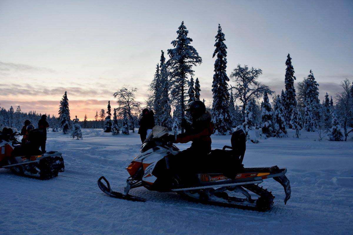 Mit dem Snowmobil unterwegs durch Finnlands Winterlandschaft