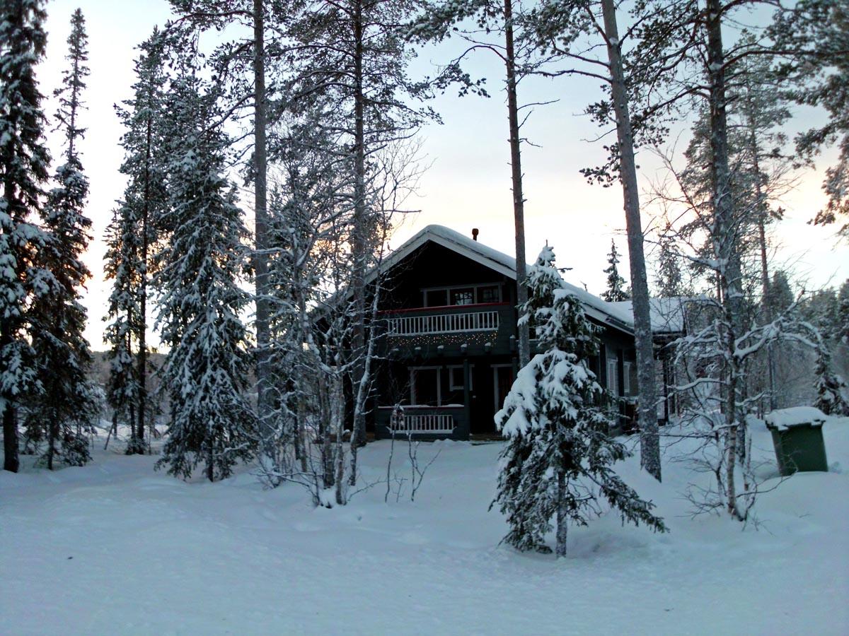 Urlaub im Mökki im verschneiten Lappland