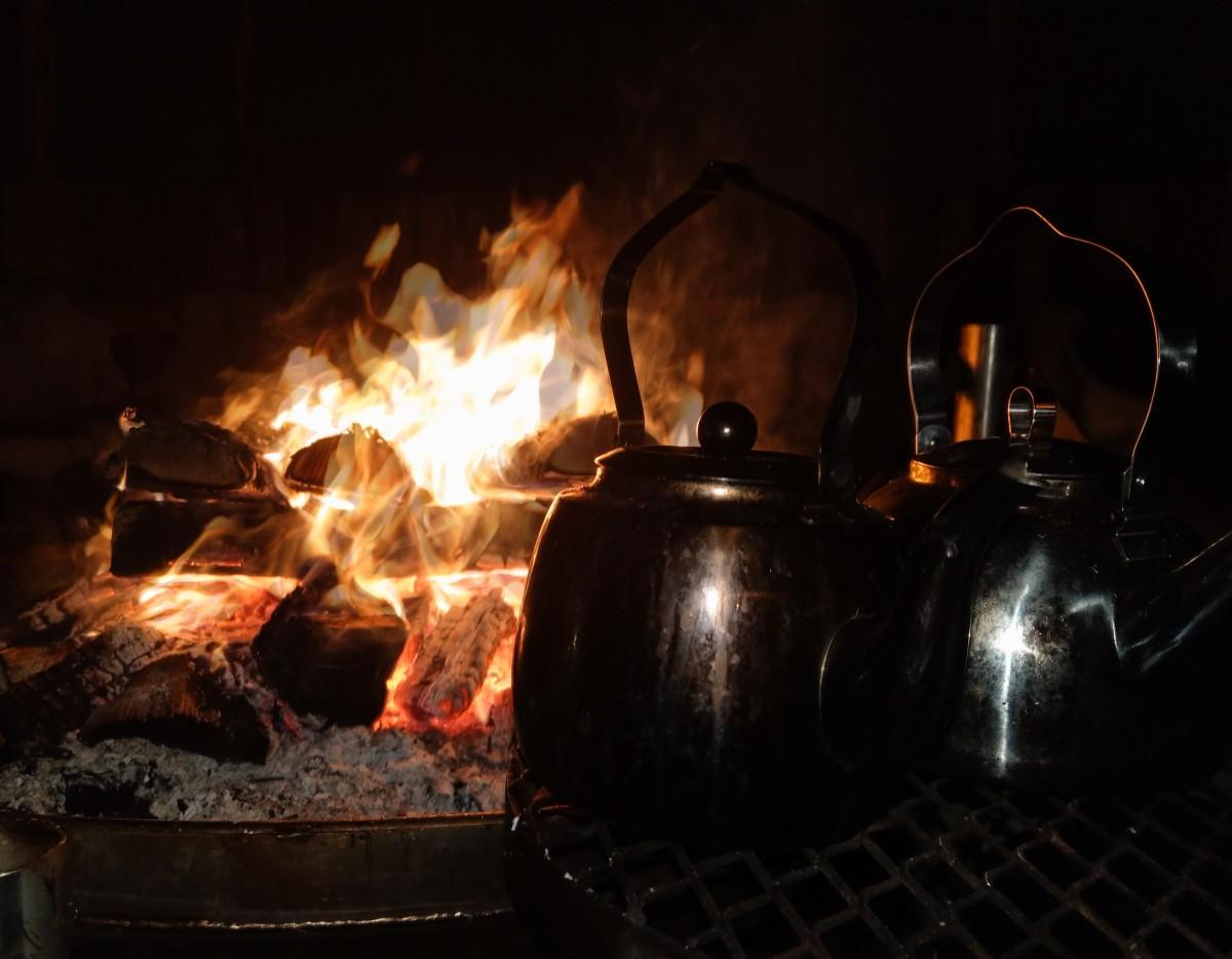 Kaffee kochen über dem Feuer