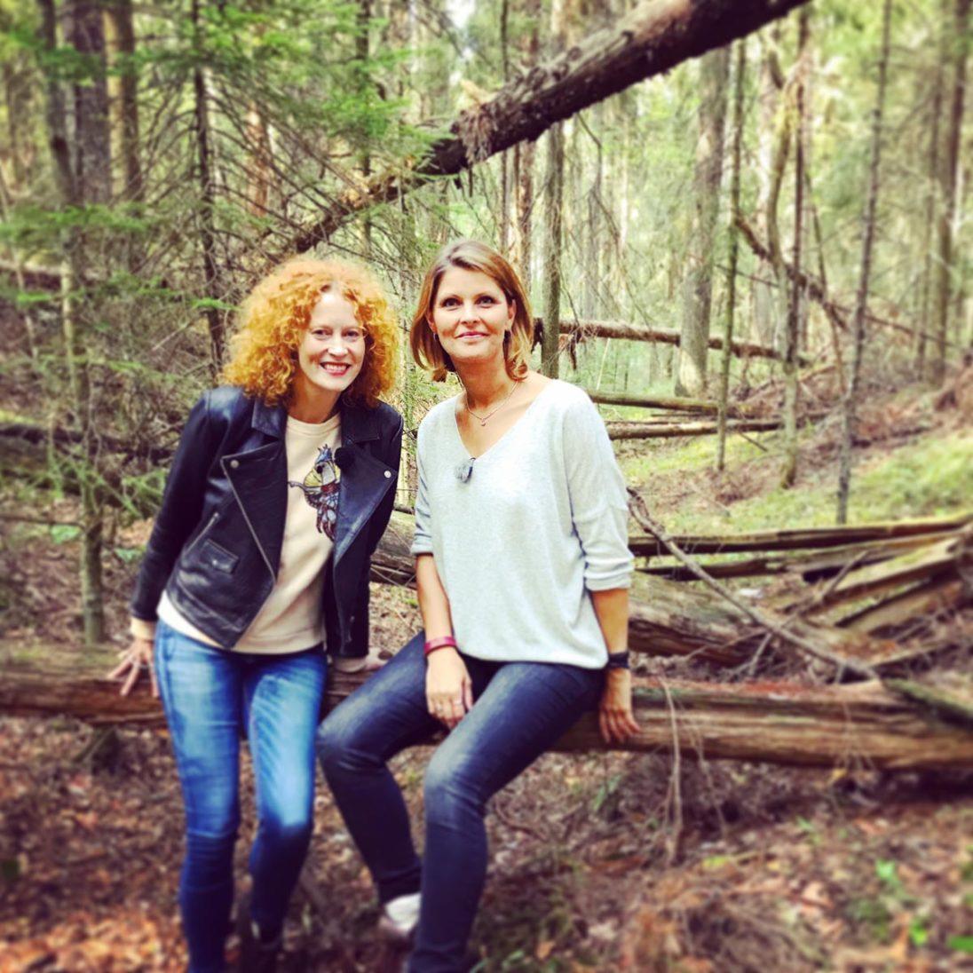 Saimi Hoyer vom Hotel Punkaharju und NDR-Moderatorin Kristin Recke im Wald von Punkaharju.