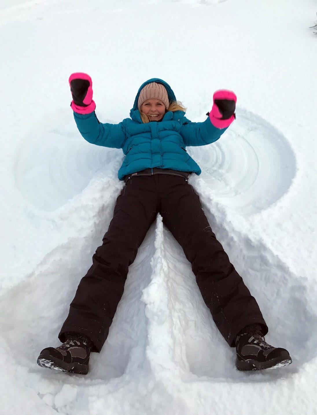 Kristin Recke macht einen Schnee-Engel