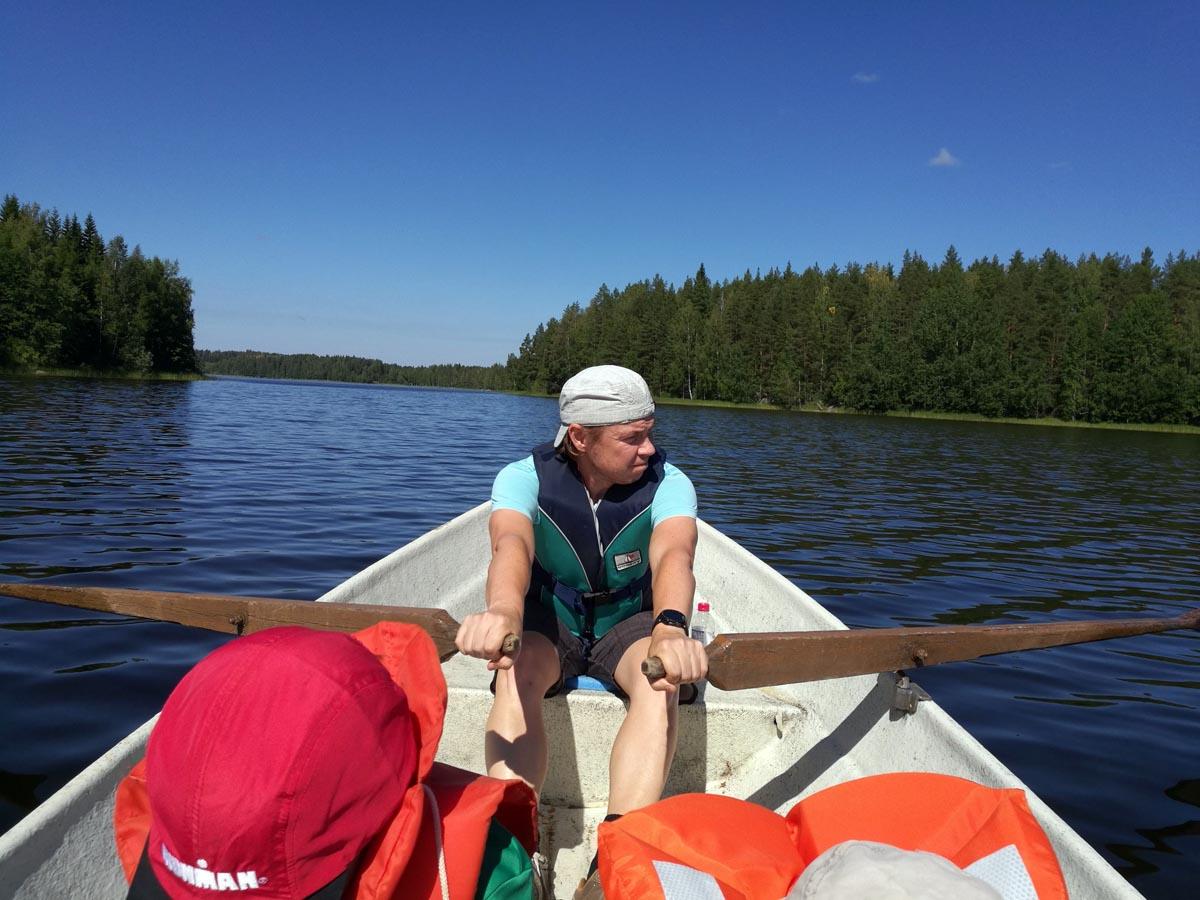 Tomi mit Sohn Kalle beim Rudern in Finnland
