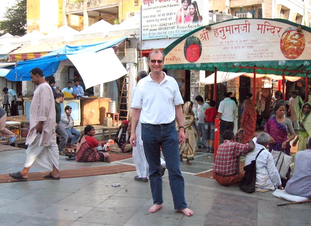Vor dem Tempel des Affengottes Hanuman