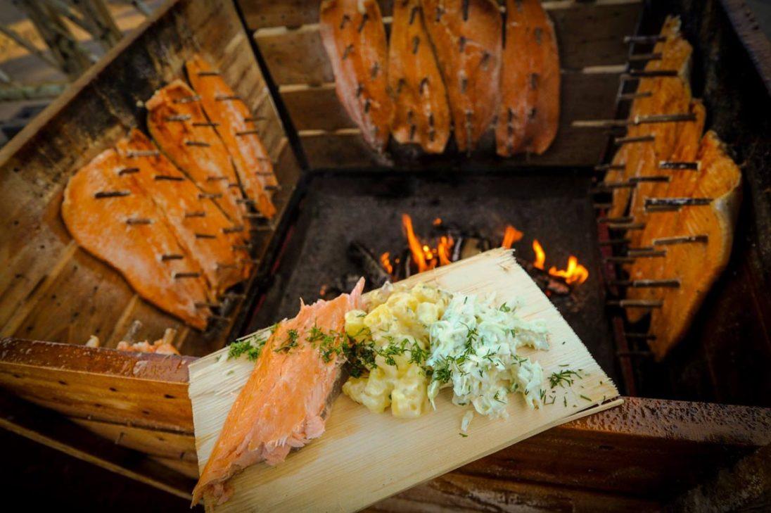 Flammlachs im finnischen Weihnachtsdorf von Kalevala Spirit