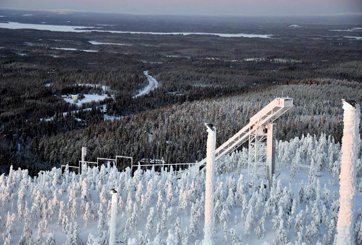 Skisprungschanze in Ruka im Winter